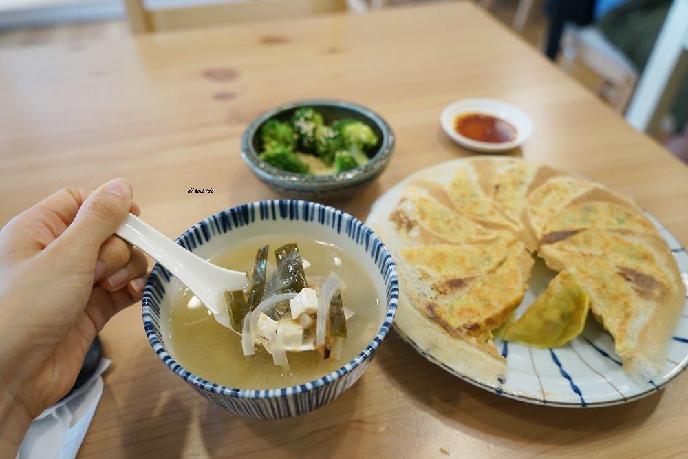 20171014174436 59 - 台中西屯|京軒黃金燒餃子 超美的冰花鍋貼只要銅板價!!