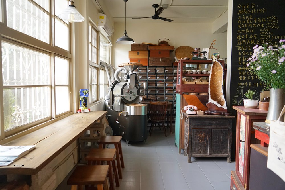 20171109234918 33 - 台中西區│里厚來坐忠勤街咖啡店 少見的陶鍋炒豆 超有個人風格的老屋咖啡