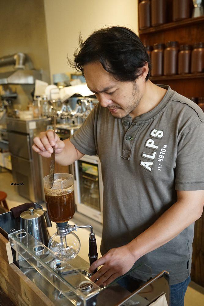 台中西區│里厚來坐忠勤街咖啡店 少見的陶鍋炒豆 超有個人風格的老屋咖啡