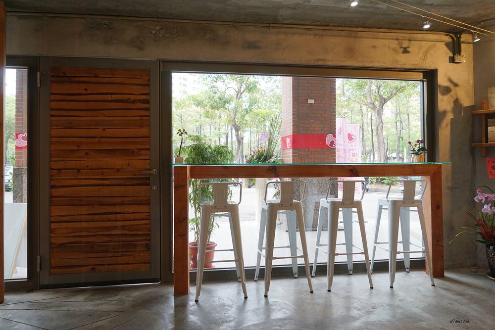 20180605203611 91 - 南區咖啡|沐cafe咖啡廳 焦糖布丁好好吃 輕簡工業風設計 有漂亮的木頭旋轉梯