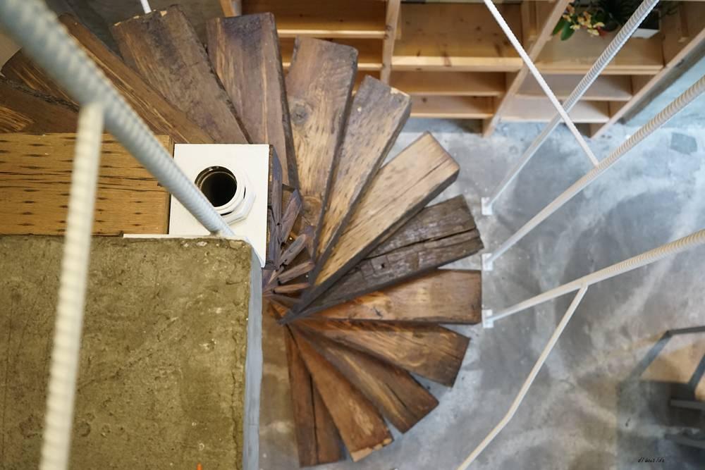 20180605203619 12 - 南區咖啡|沐cafe咖啡廳 焦糖布丁好好吃 輕簡工業風設計 有漂亮的木頭旋轉梯