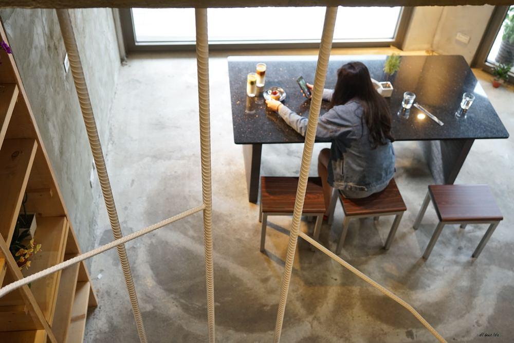 20180605203625 81 - 南區咖啡|沐cafe咖啡廳 焦糖布丁好好吃 輕簡工業風設計 有漂亮的木頭旋轉梯