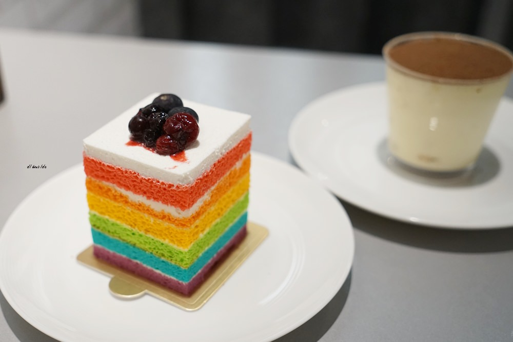 20180618194102 8 - 南屯咖啡︱超繽紛的彩虹蛋糕 與美美的IG打卡花牆 肆捨五入文心店